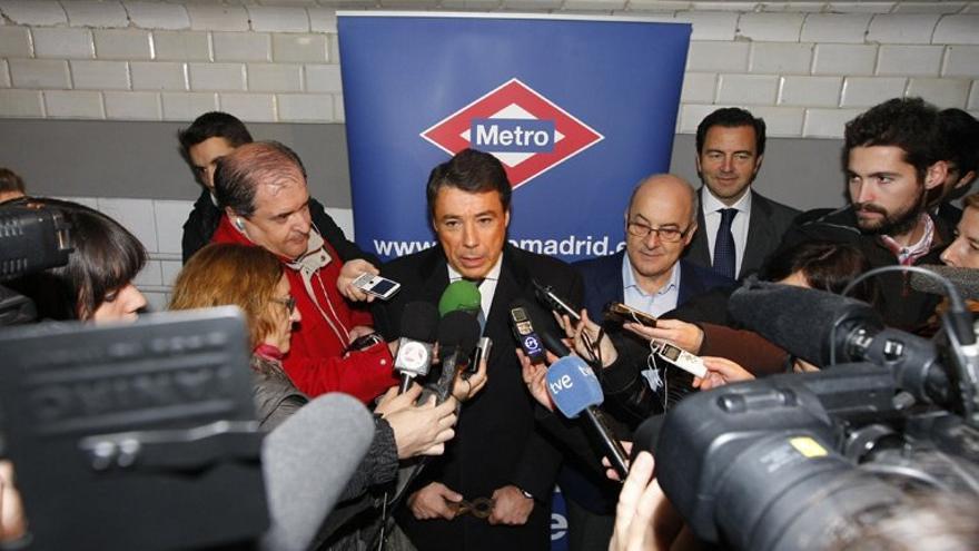 Ignacio González atendiendo a los medios en el Metro de Madrid