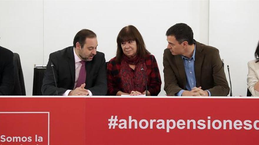 Pedro Sánchez y Cristina Narbona hablan con el secretario de organización del PSOE, José Luis Ábalos.