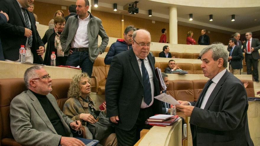 La vicepresidenta y los consejeros de Educación, Economía y Presidencia, antes de comenzar el debate. | ROMÁN GARCÍA