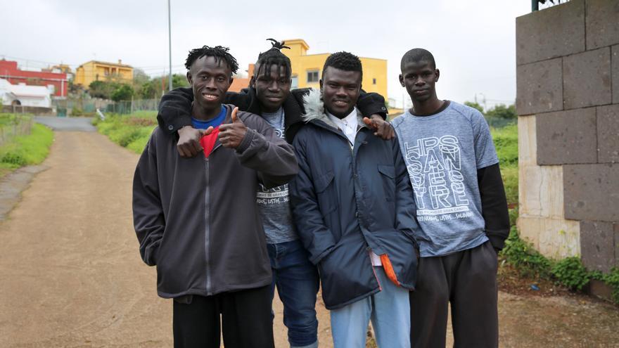 Abdul Karim (segundo por la izquierda) junto a sus compañeros en el albergue del Cuervo en Moya.
