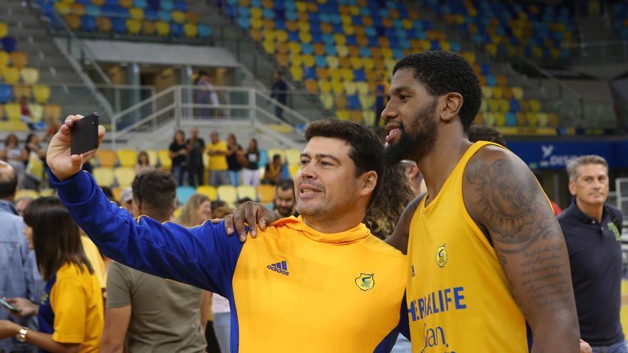 El Granca celebra con los aficionados la victoria de la SuperCopa (ALEJANDRO RAMOS)