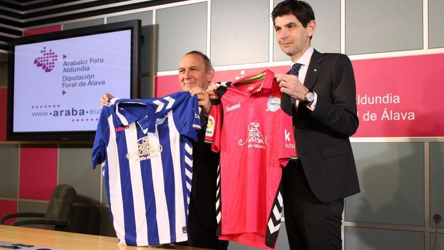 Ramiro González y Alfonso Fernández de Trocóniz, este lunes con las nuevas camisetas del Deportivo Alavés
