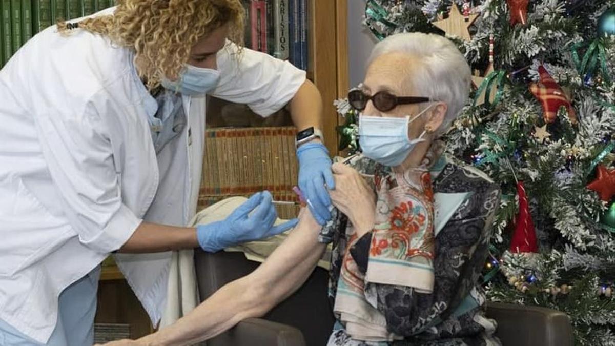 Una enfermera vacuna contra la COVID-19 a una mujer interna en una residencia de Gipuzkoa