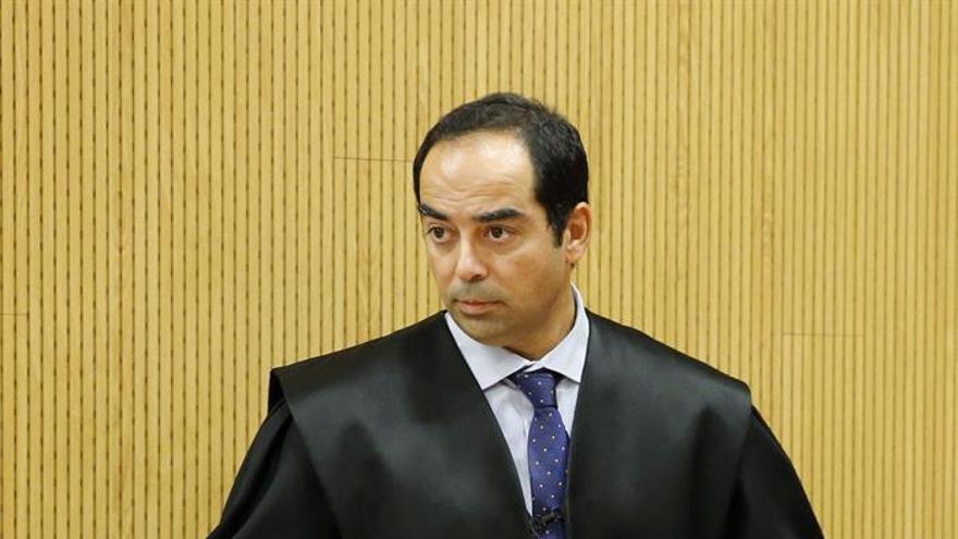 El abogado Alberto Hawach momentos antes de comenzar el juicio.