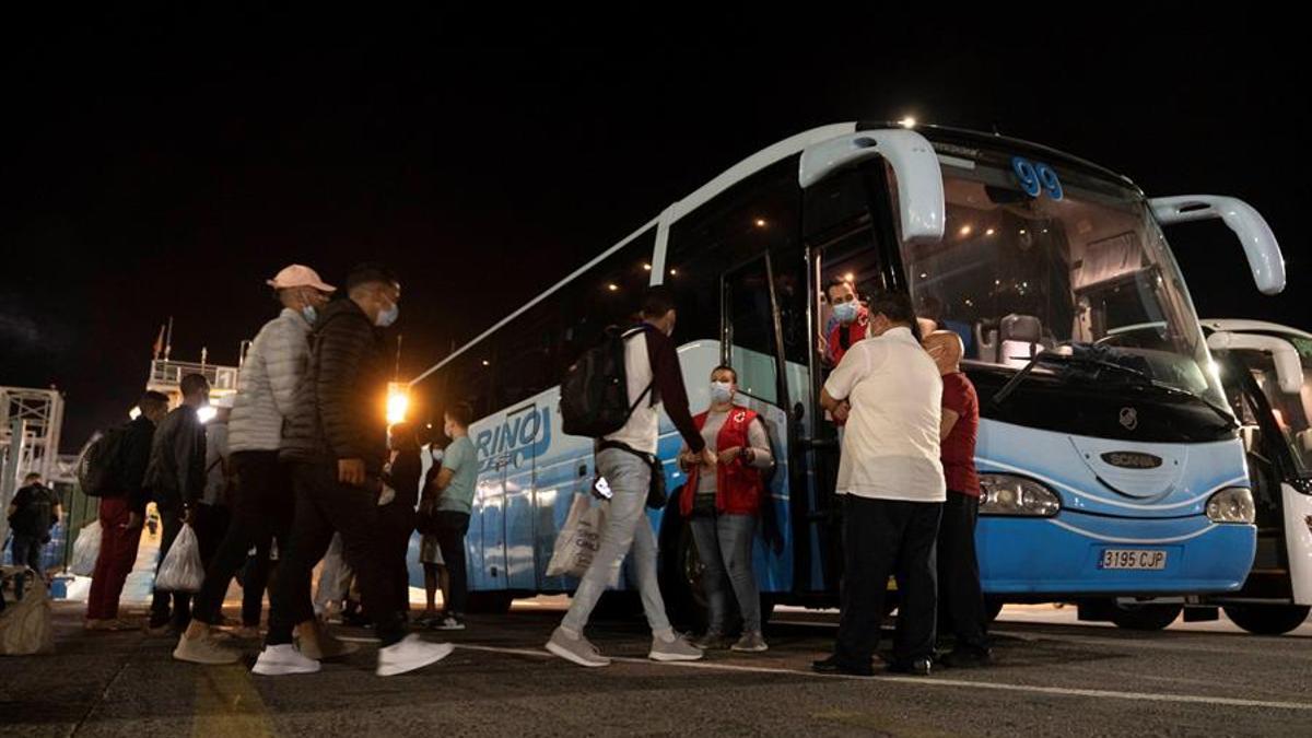 Cruz Roja coordina el traslado hacia un hotel del sur de Tenerife de varios migrantes que no pudieron coger un barco a Huelva.