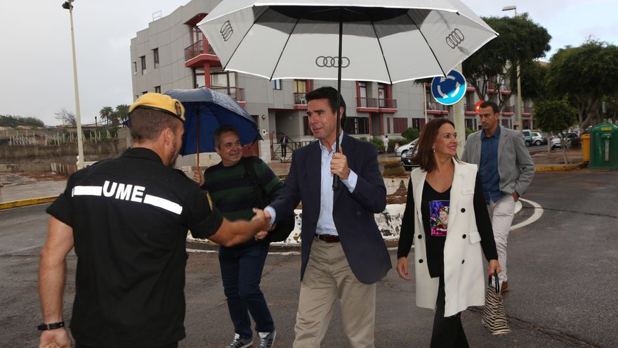 A Soria hay que reconocerle que fue el primer alto cargo nacional en personarse en Telde. Y lo hizo con su paraguas de Audi, para que no decaiga la fiesta. (ALEJANDRO RAMOS)
