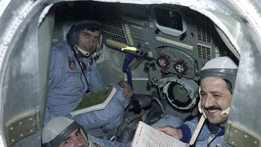 Una imagen de los cosmonautas en la nave, con Faris a la derecha.