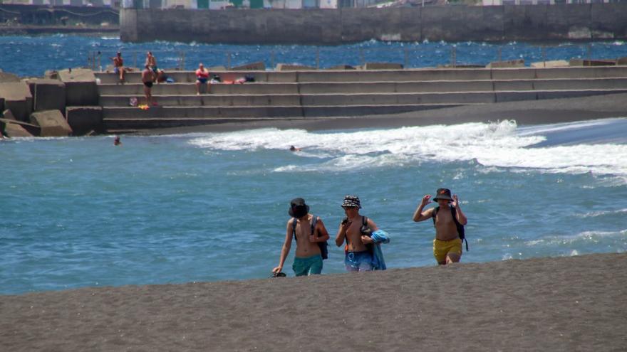 La mascarilla, de uso obligado también en la playa y piscina salvo al bañarse