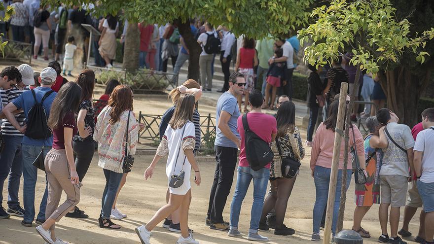 Turistas haciendo cola para entrar en el Alcázar | TONI BLANCO