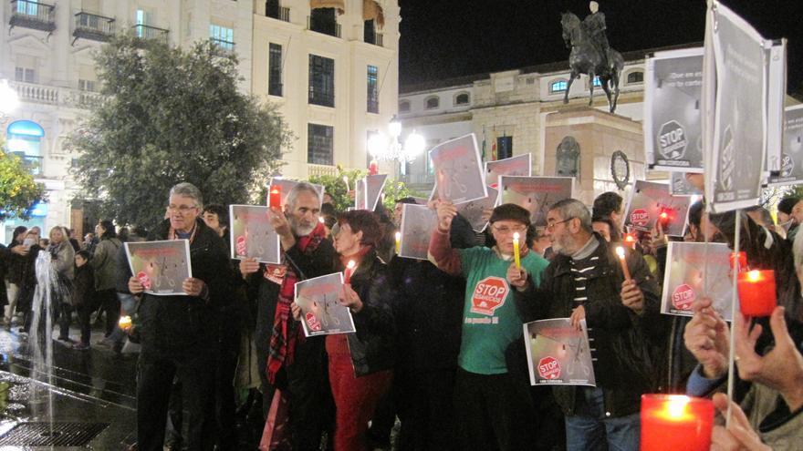 Manifestantes contra el gasto en alumbrado navideño y por la erradicación de la pobreza energética.