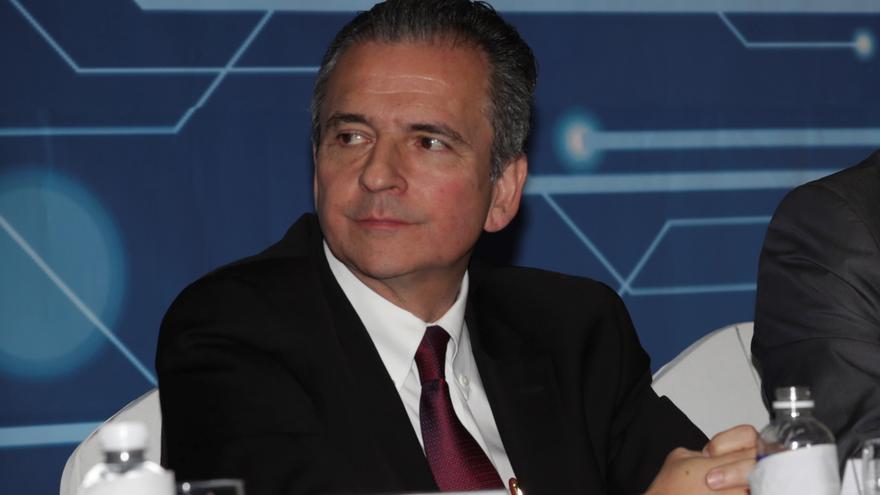 Honduras condecora con la Orden Francisco Morazán al representante del BID