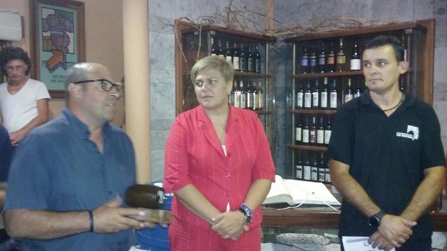El primer premio en la modalidad de vino blanco recayó en el cosechero Dámaso Castro González  mientras que en la de tinto el galardonado fue Diego Samuel González Rodríguez. La alcadesa de Los Llanos, Noelia Garcia, asistió al acto.