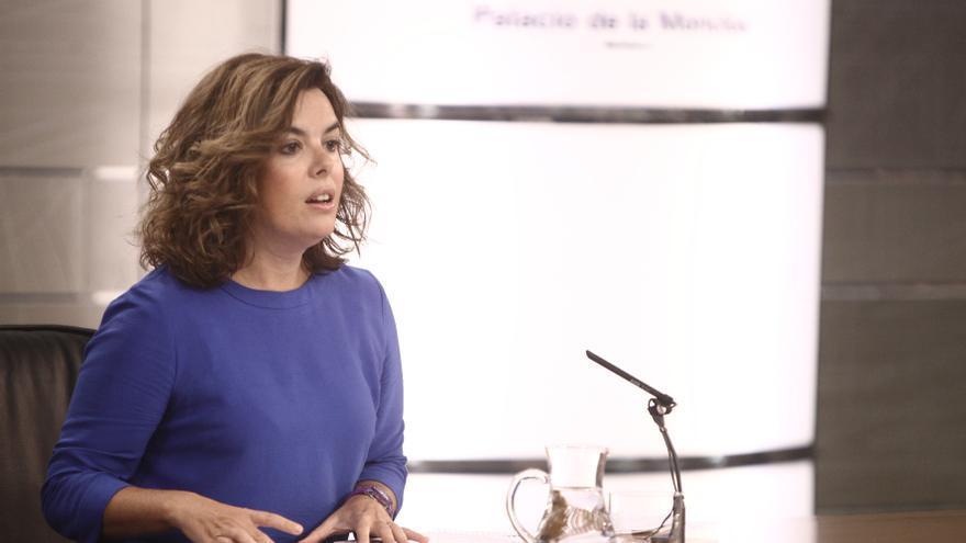 """La vicepresidenta dice que """"no conviene equivocarse"""" en un país con cinco millones de parados"""