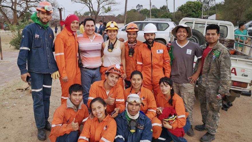 Un grupo de voluntarios preparados antes de salir a luchar contra los incendios.
