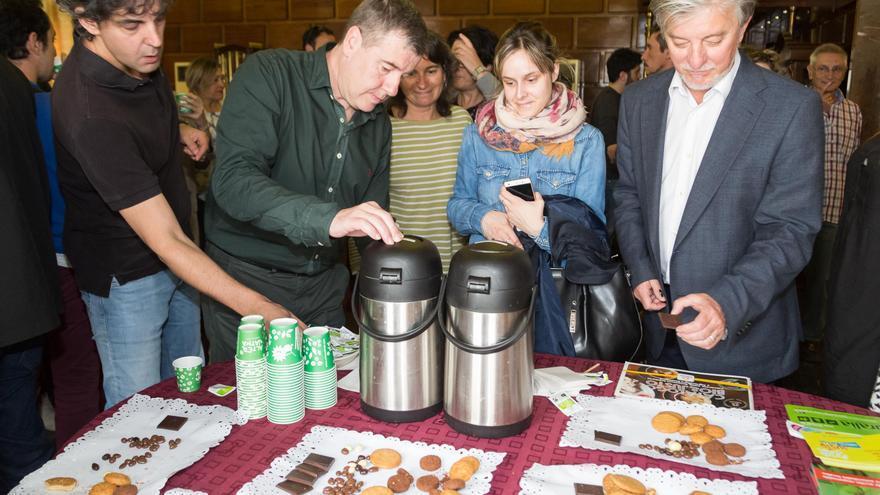 El alcalde de Zaragoza (dcha.) en un desayuno con productos de comercio justo.