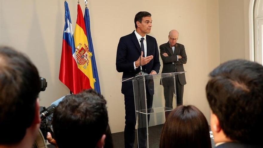 El presidente del Gobierno, Pedro Sánchez, durante su intervención en la residencia del embajador español en Chile, donde mantuvo un encuentro con la comunidad española.