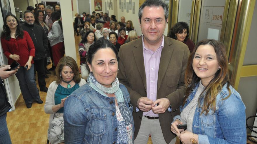 Eva Patricia Bueno y Verónica Pérez, con Juan Espadas, en una imagen de marzo de 2104