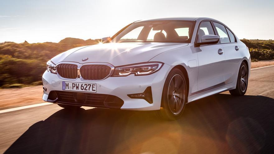 BMW 330e.