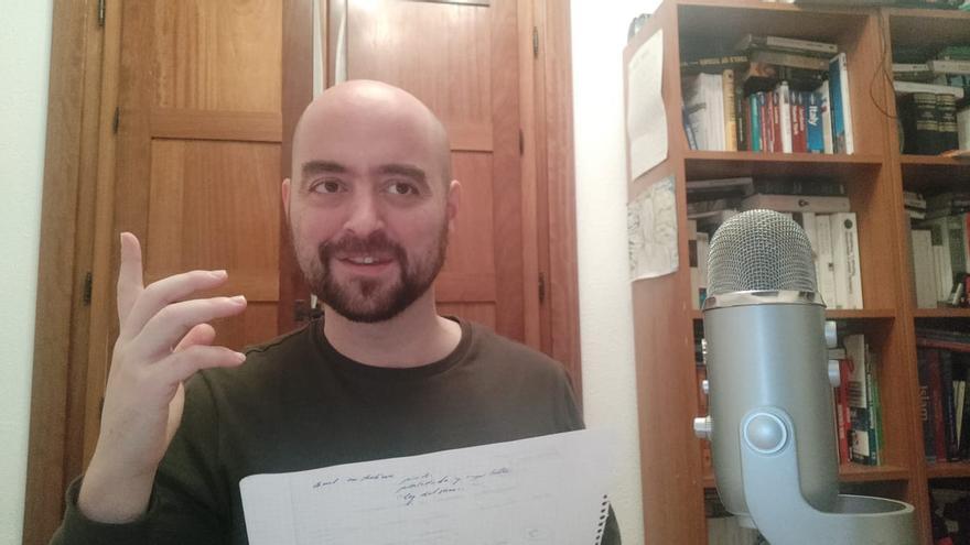 Juan Jesús Pleguezuelos durante la grabación de uno de sus podcast.