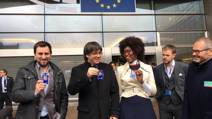 Carles Puigdemont y Toni Comín, acreditados como eurodiputados, junto a la eurodiputada Assita Kanko (N-VA) y el abogado Josep Costa, a las puertas de la Eurocámara el 20 de diciembre de 2019.