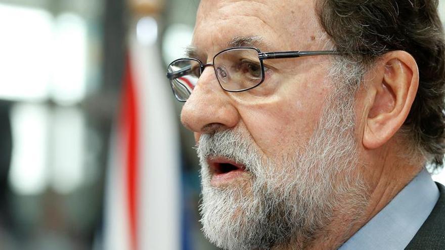 Rajoy conversa con Merkel antes del inicio del Consejo Europeo