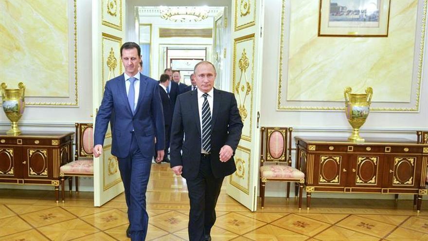 Asad confirmó por teléfono a Putin que colaborará en el alto el fuego
