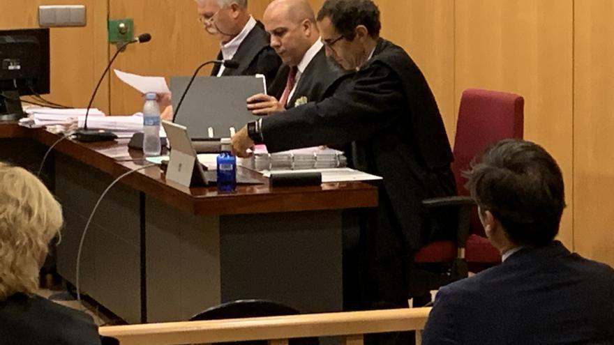 Víctor Bravo, con toga y en el estrado de los abogados, en el arranque del juicio en San Sebastián