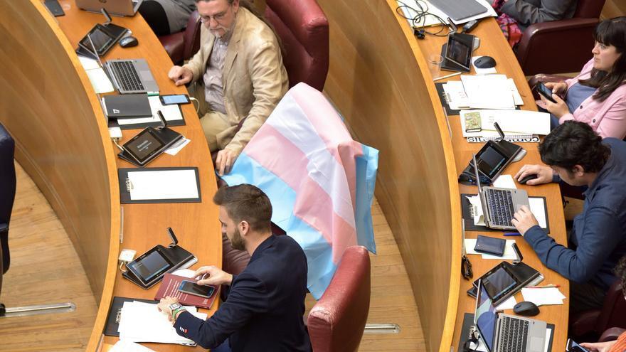 La bandera LGTBi en el escaño de Mireia Mollà, entre Juan Ponce y Fran Ferri