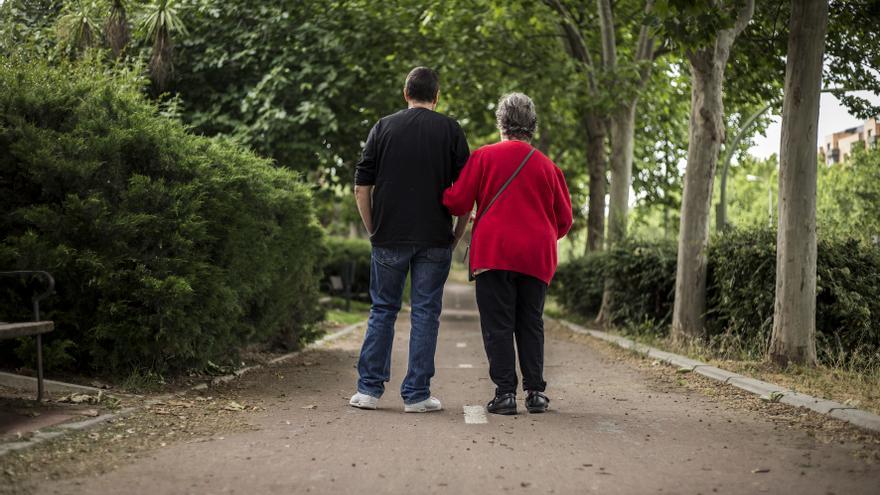 P. camina con su hijo por las proximidades de la residencia. / Olmo Calvo