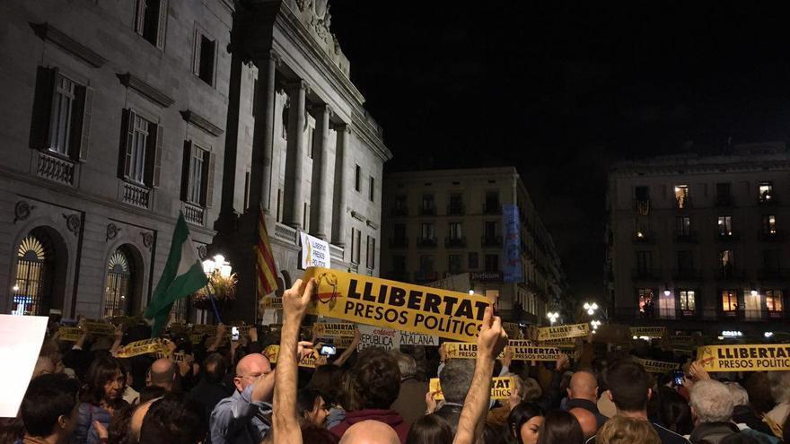 """Imagen de la concentración en plaza Sant Jaume para pedir la liberación de los """"presos políticos"""""""