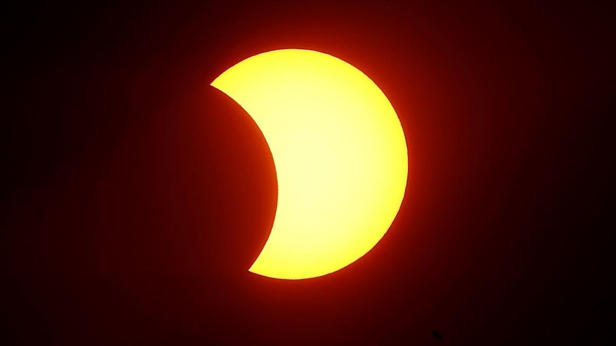 Un eclipse solar se produce cuando la Luna se sitúa entre el Sol y la Tierra, lo que bloquea la luz solar y proyecta la sombra lunar sobre la superficie terrestre