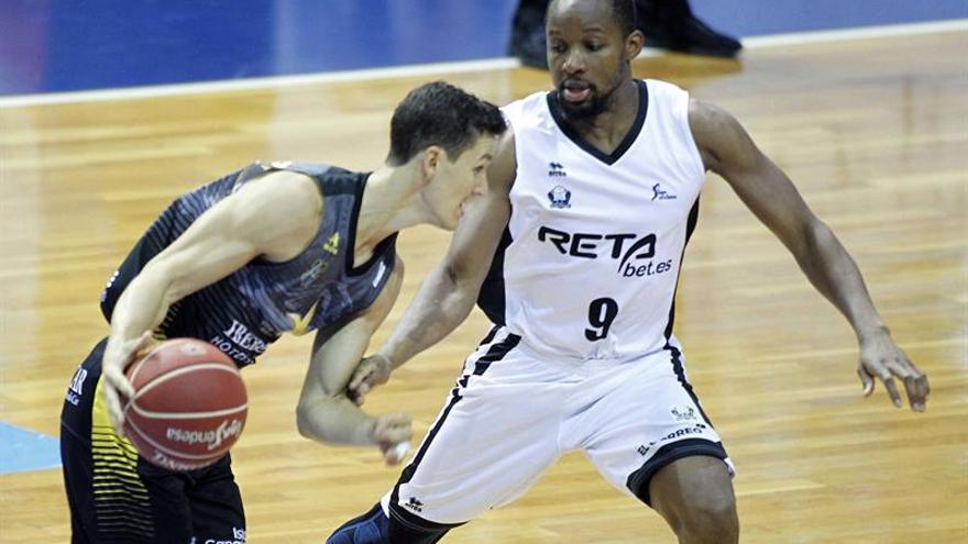 Rodrigo San Miguel. del Ibersotar Tenerife y Jonathan Tabu, del Bilbao Basket en la segunda jornada de la Liga Endesa en el pabellón Santiago Martín. EFE/Cristóbal García