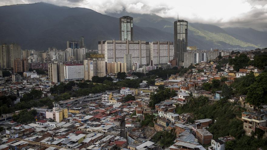Vista general del barrio caraqueño de San Agustín, delimitado al fondo por el complejo urbanístico de Parque Central.