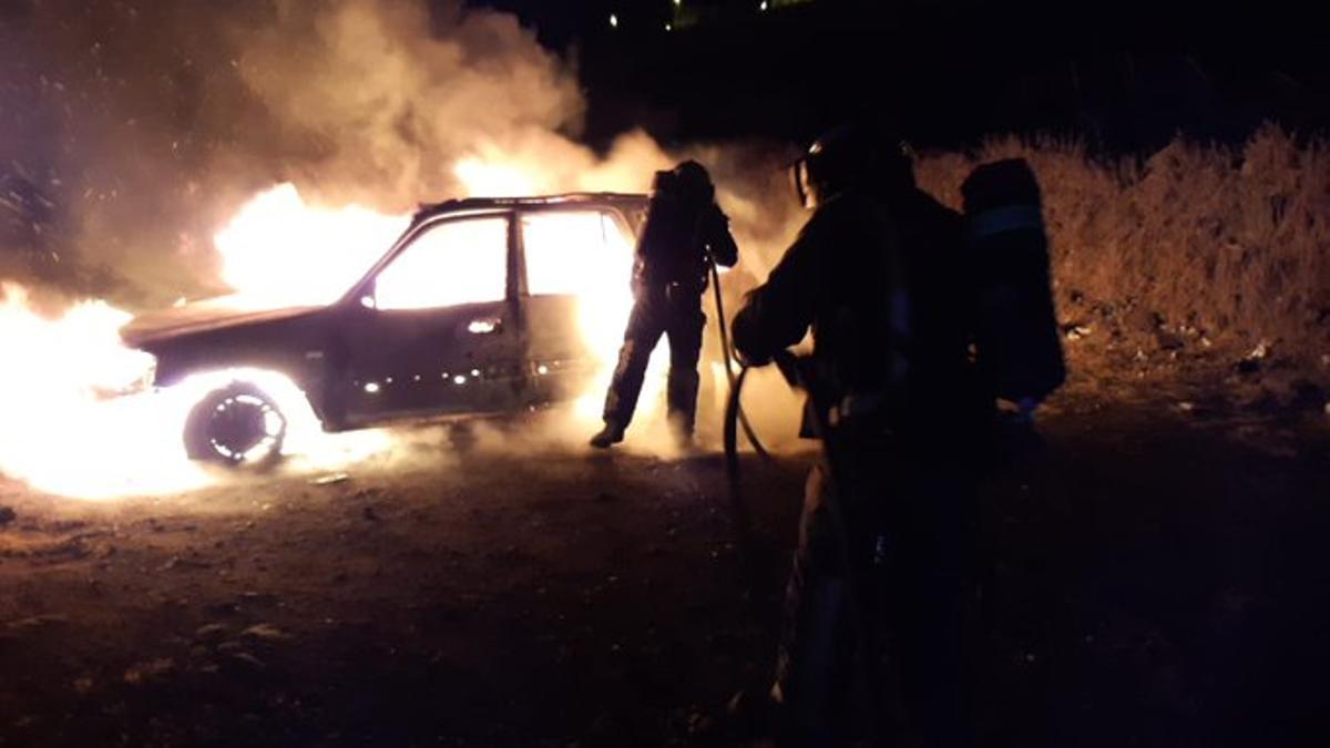 Los Bomberos de Tenerife apagaron las llamas de un vehículo en el que encontraron el cadáver de una persona