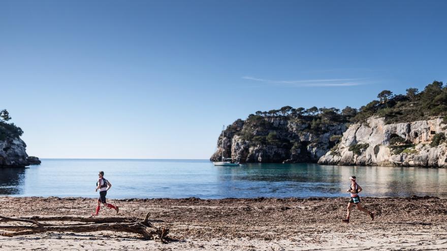 El equipo Compressport Menorca Trail en Cala Macarella (© Jordi Saragossa).