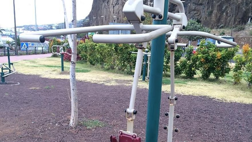 """En la imagen uno de los aparatos del parque que, según UPyD, """"contaba con 11 de uso sencillo y, hoy por hoy, ninguno es practicable""""."""