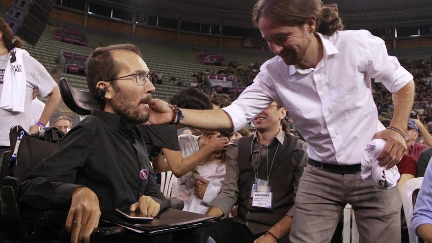 Pablo Iglesias y Pablo Echenique en el escenario de Vistalegre en la Asamblea fundacional de Podemos. / Marta Jara