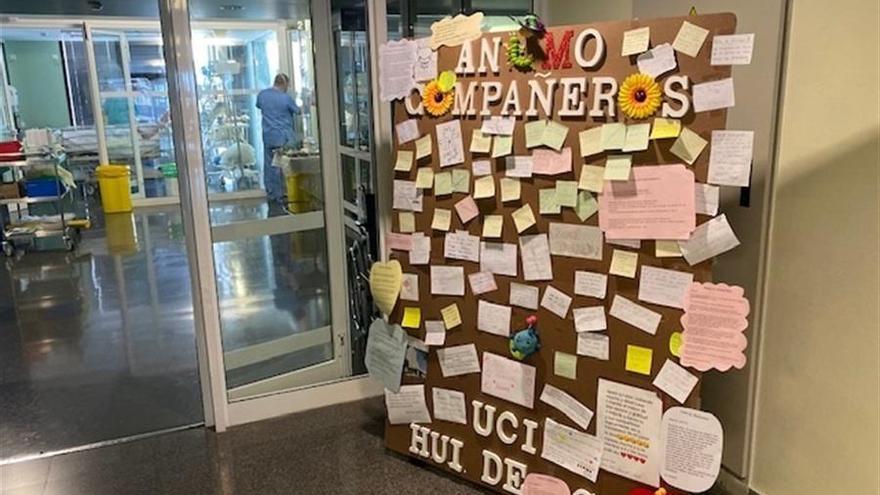Vista de un tablón con mensajes de ánimo a los empleados y enfermos a la entrada de cuidados intensivos del Hospital Insular de Gran Canaria