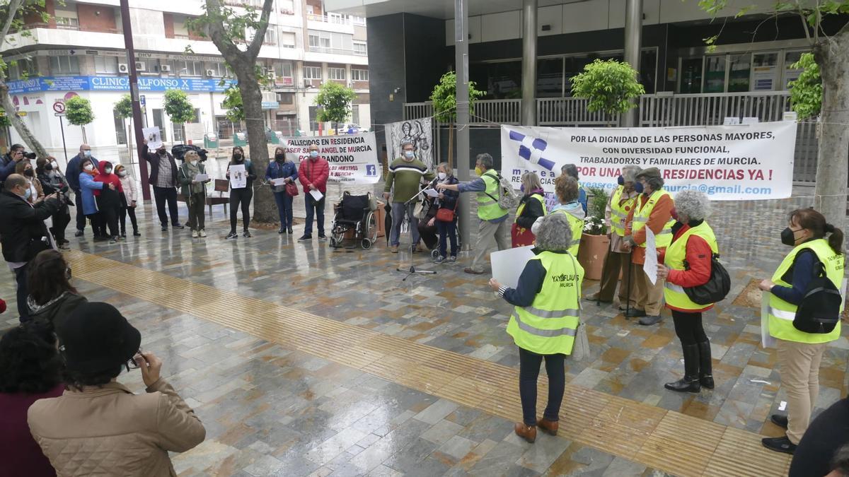 Un centenar de personas se manifiestan en Murcia en defensa de los mayores en residencias
