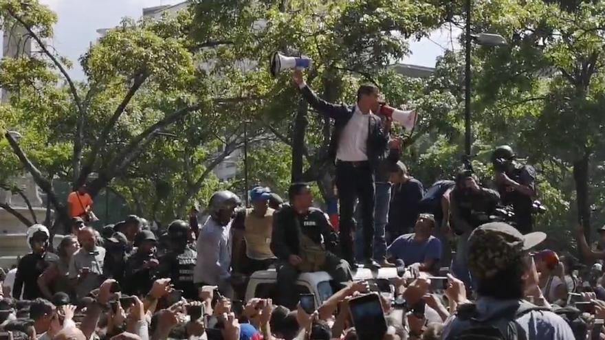 Juan Guaidó se dirige acompañado de militares sublevados a manifestantes en la Plaza Altamira de Caracas