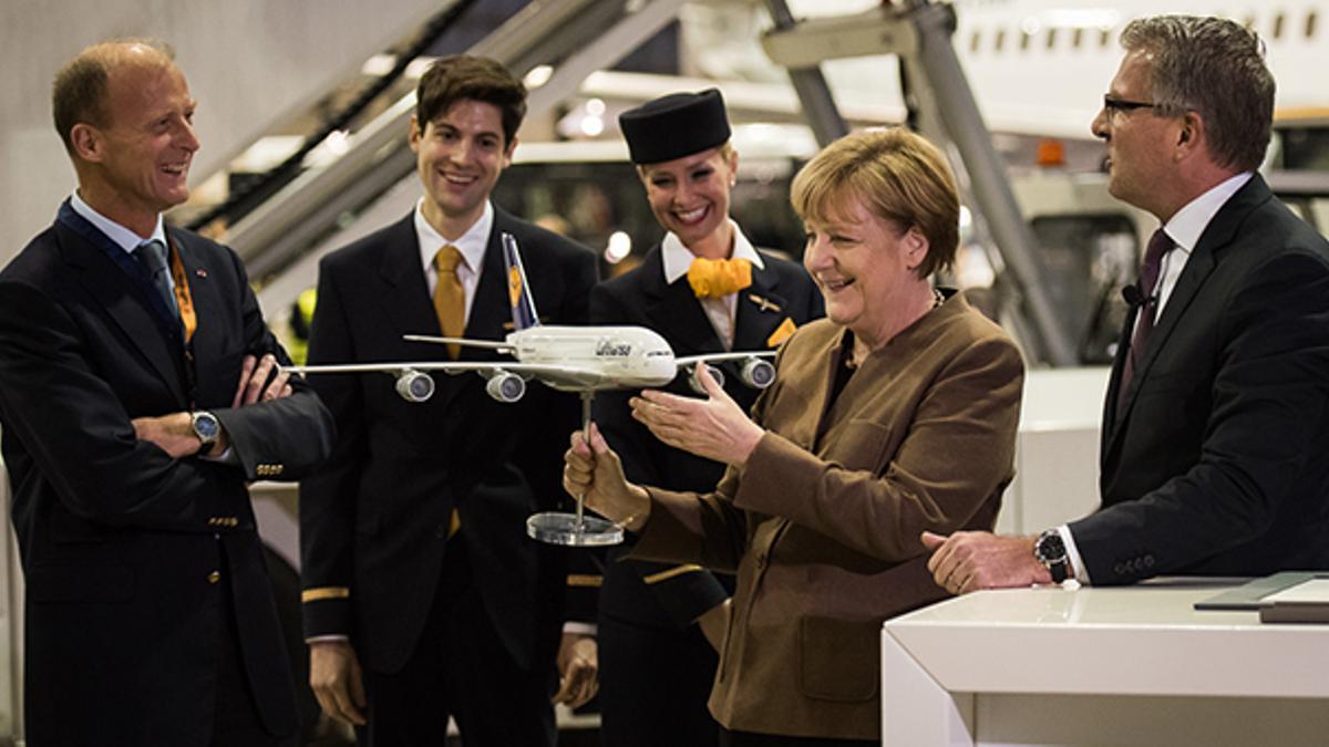 La canciller alemana, Angela Merkel, con una maqueta de un A380, en la sede de Lufthansa.