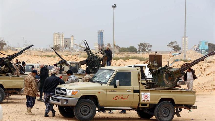 Prosigue la huida masiva de civiles y las maniobras militares en Sirte