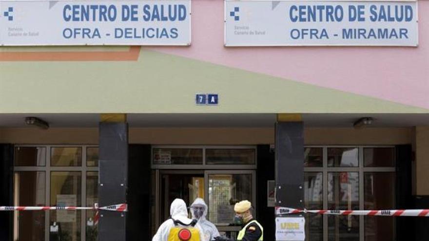 La UME desinfecta un centro de salud en Tenerife. (EFE)
