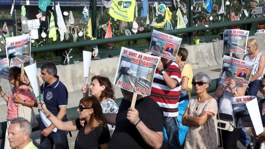 Familiares de las víctimas que dejó el descarrilamiento de un tren Alvia el 24 de julio de 2013 en Santiago de Compostela.