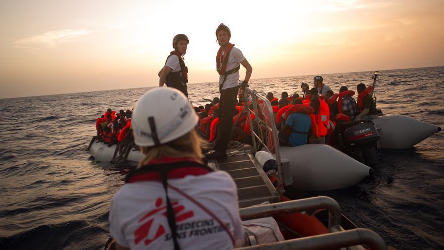 Un equipo de Médicos sin Fronteras ayuda a un grupo de migrantes en el mar