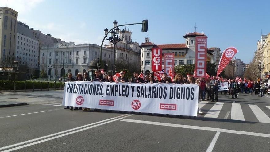"""Un millar de cántabros piden trabajo y salarios """"dignos"""" y los sindicatos reclaman al Gobierno un pacto por el empleo"""