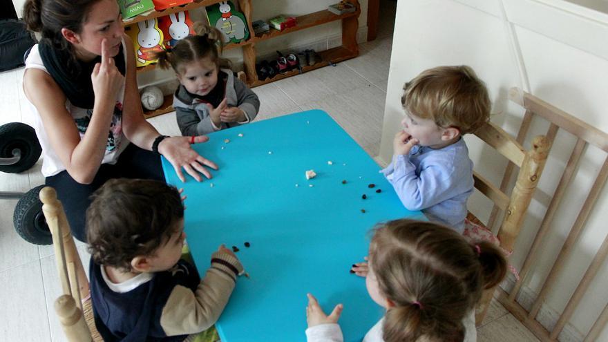 Greta, Pablo, Vega y Hugo desayunan con Elena, su madre de día. / Marta Jara