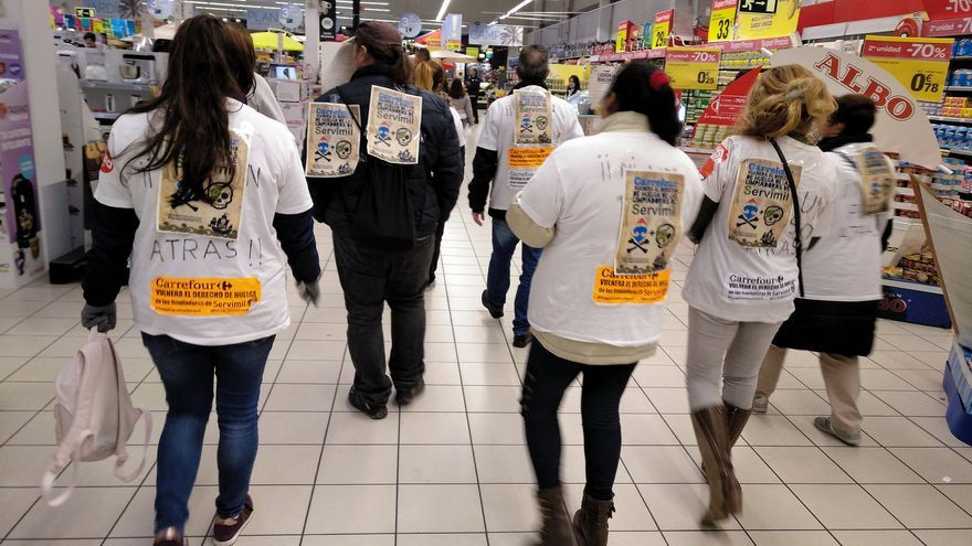 Trabajadoras de la limpieza de Servimil protestan en el centro de Carrefour en Leganés.