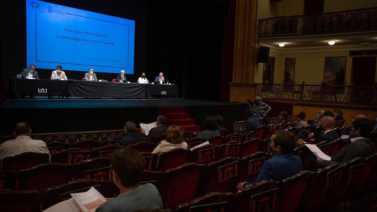 Reunión en el Teatro leal entre responsables del Gobierno de Canarias, Cabildo de Tenerife y alcaldes para analizar la situación de la isla ante los altos índices de contagio por Covid.