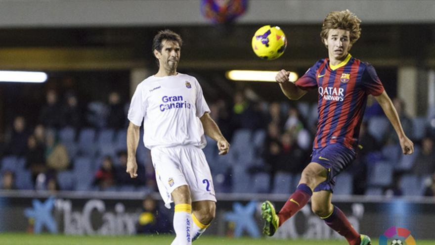 Valerón pica un balón ante la presencia de un jugador del Barcelona B. LFP